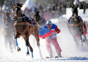 Action pur – der wilde Hund Adrian von Gunten und Mombasa fliegen dem Ziel entgegen. – Foto: swiss-image.ch/Andy Mettler Impression of the White Turf race-meeting on snow on the frozen lake of St. Moritz, Switzerland, February 23, 2014. swiss-image.ch/Photo Andy Mettler