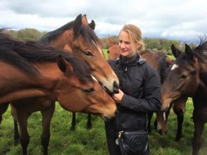Pferdefrau durch und durch – Annina Widmer mit Jungpferden im Gestüt Kobylany. – Foto zvg