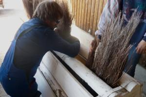 Res Minder beim Vorbereiten der Hürden – auch das gehört zum Aufgabenbereich des Fehraltorfer Rennbahnchefs. – Foto: Zug