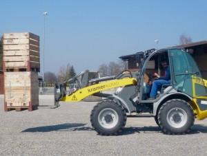 Nicht nur die Grasbahn präparieren – auch viele andere Tätigkeiten werden von Res Minder und seinem Team ausgeführt. – Foto: zvg