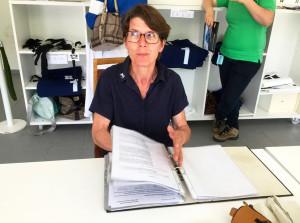 Heidi Kolb bei ihrer Arbeit in der Waage – dazu gehört auch Schreibarbeit wie das Erstellen der Auswiegeprotokolle jedes Rennens.