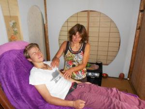 Christa bei einer Reiki-Behandlung mit ihrem Sohn Dimitri. – Foto: zvg