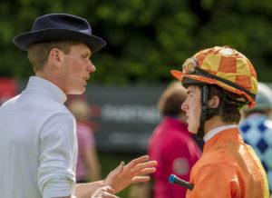 Der Trainer in Aktion – Philipp Schärer gibt Jockey Raphael Lingg die Orders fürs Rennen. – Foto: turffotos.ch