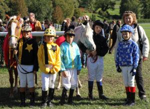 Gisela Lingg bei einer Pony-Galopper-Siegerehrung in Maienfeld. – Foto: Christian Mettler