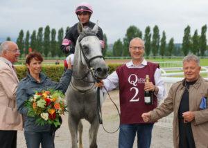 Nil Ashal mit Franziska und Urs Aeschbacher (links und rechts vom Pferd) bei der Siegerehrung von einem seiner bisher acht Siege. – Foto: Scarlett Schär, horseracing.ch